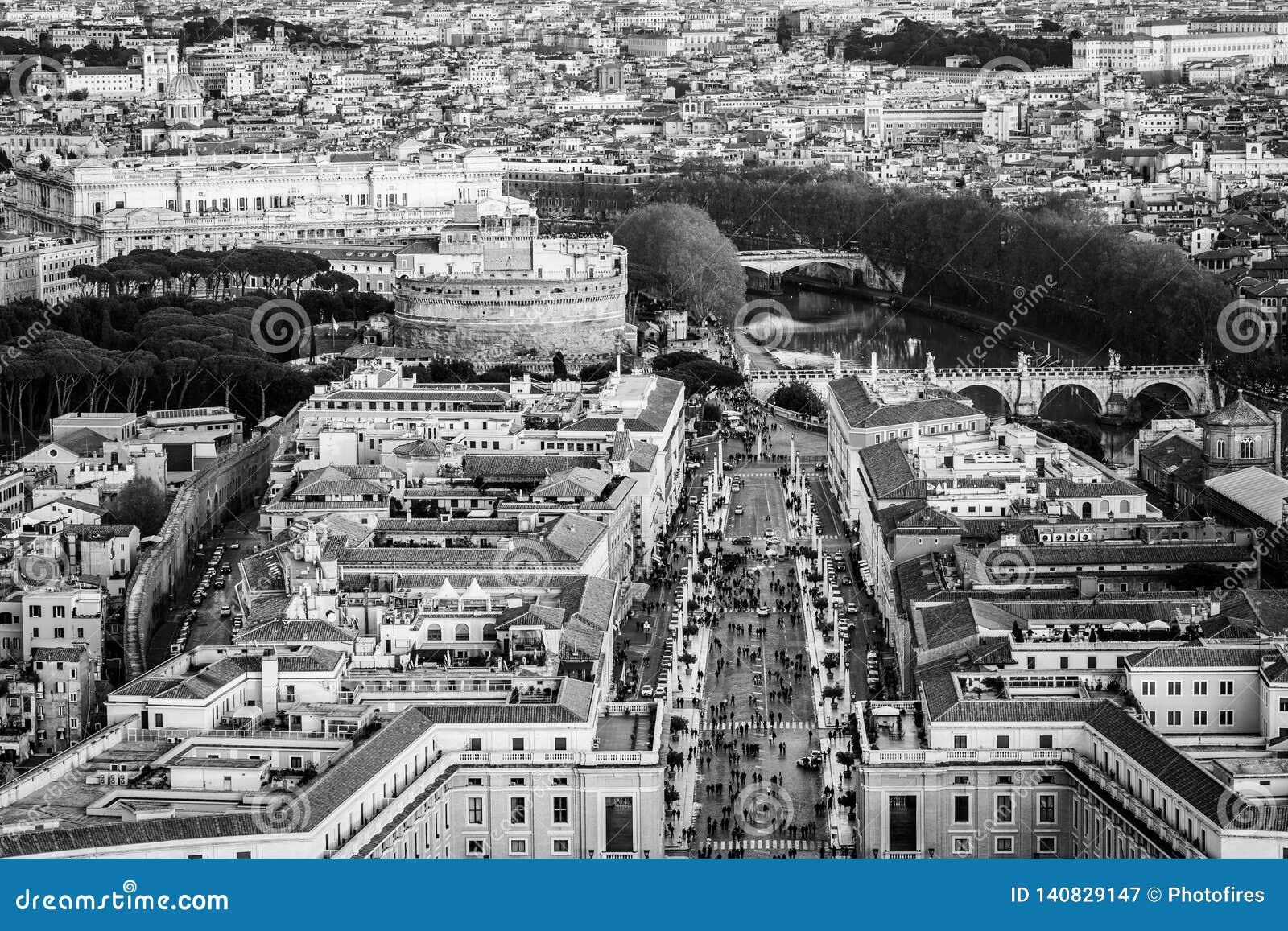 """Вид с воздуха мавзолея andand Sant """"Angelo замка Hadrian дорога примирения на часе захода солнца золотом в Риме Италии"""