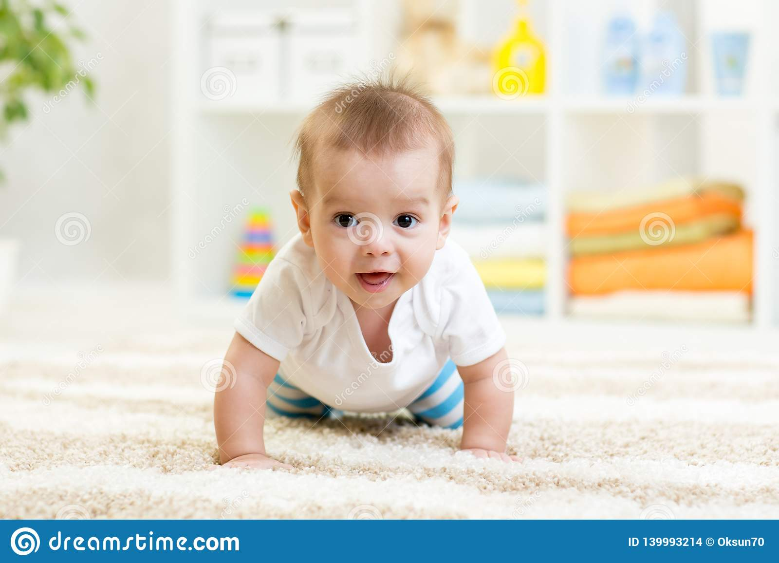 Вползая смешной ребёнок внутри помещения дома