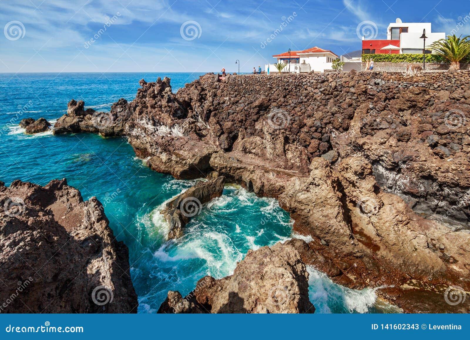 Вулканические породы в Playa Сан-Хуане на Тенерифе