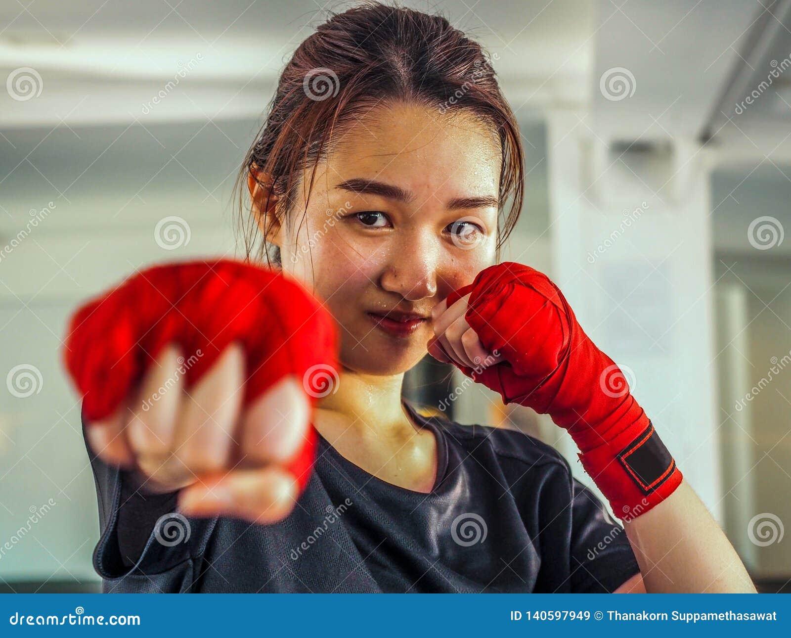 Выбранный фокус молодой красивой женской одежды красная тайская кладя в коробку лента готовая для пробивать