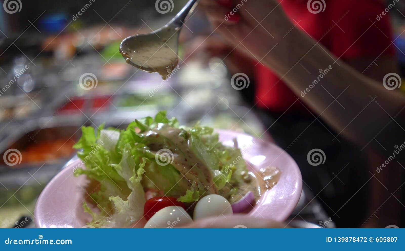 В промышленной кухне ресторана фаст-фуда Ингридиенты для салата