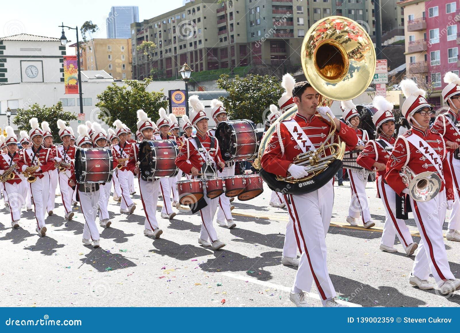 Военный оркестр средней школы Марк Keppel на параде Нового Года Лос-Анджелеса китайском