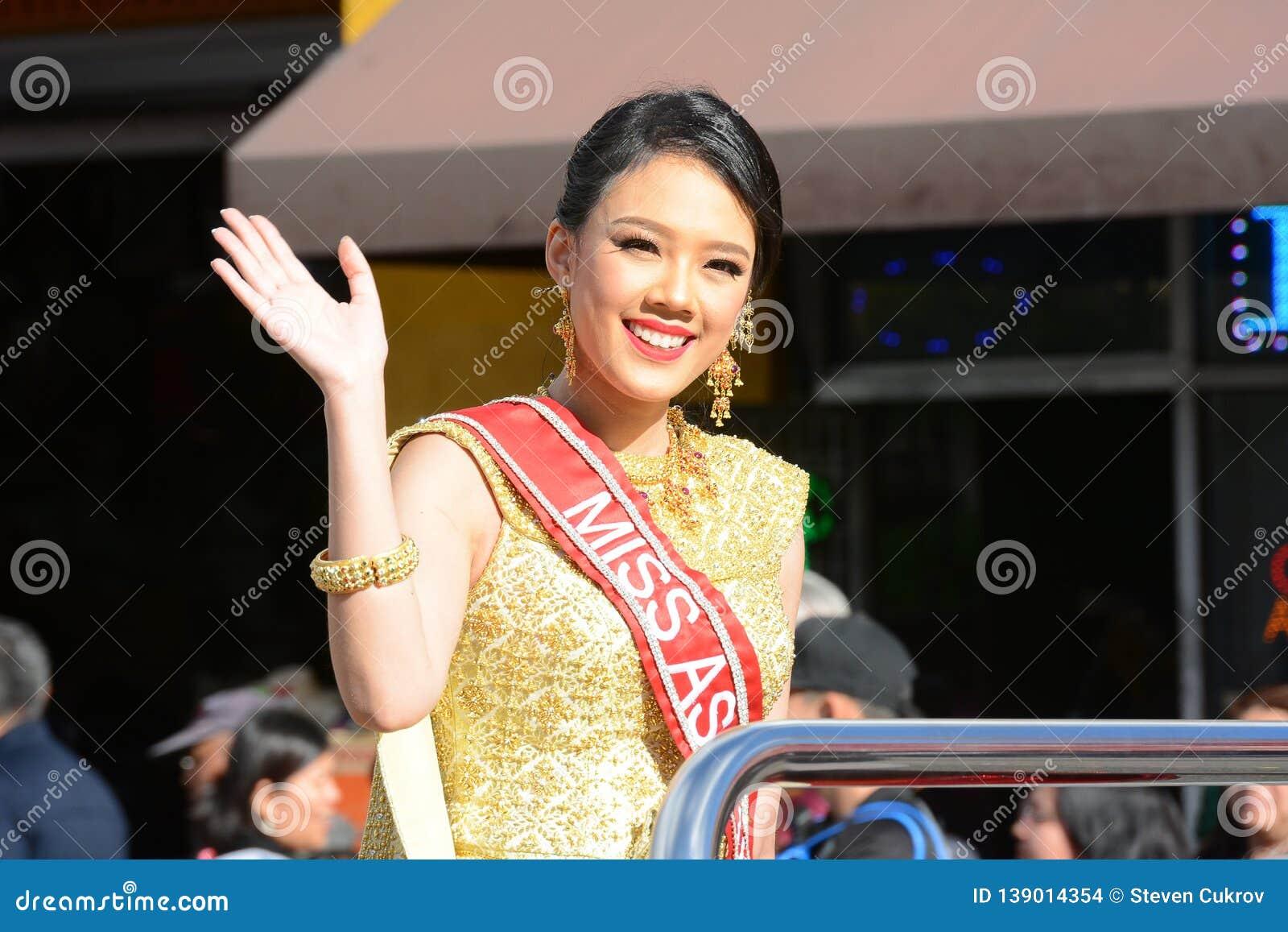 Волны госпожи Азии США к толпе на параде Нового Года Лос-Анджелеса китайском