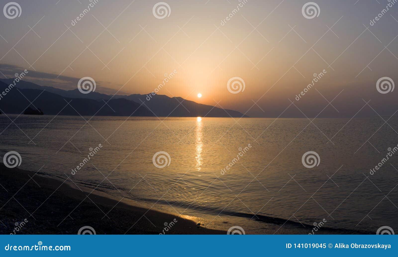 Волны панорамного вида и красивый заход солнца на греческом острове Evia Euboea в Эгейском море