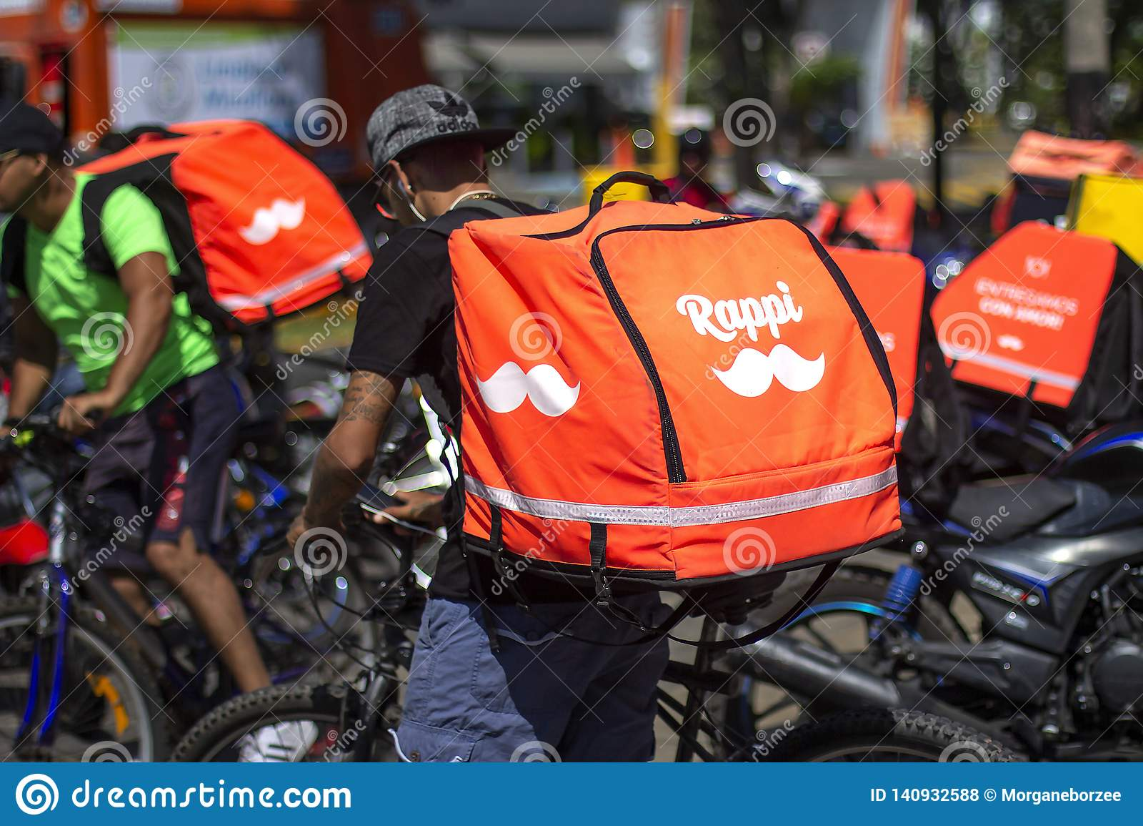 Водитель Rappi припаркованный с другими водители на предпосылке