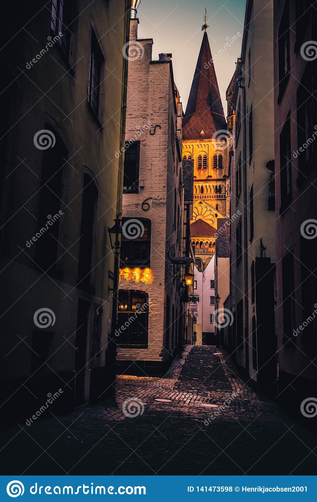 Восход солнца с beatuiful светом в историческом центре города кёльна