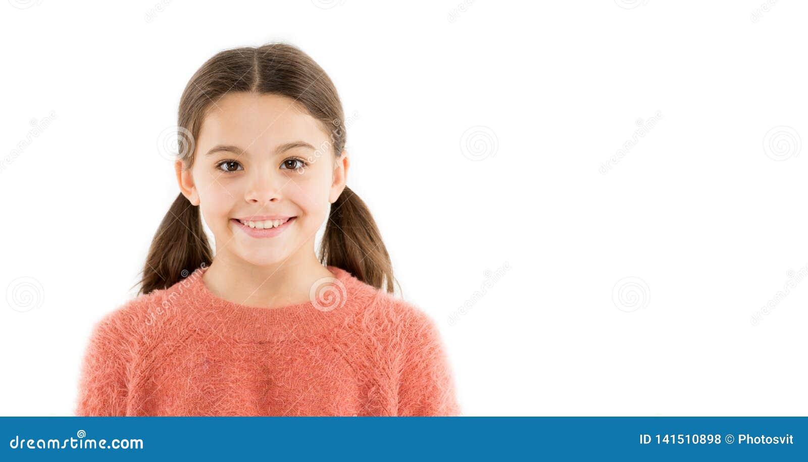 гениальная усмешка Жизнерадостные ребенка счастливые наслаждаются детством Сторона девушки прелестная усмехаясь счастливая Ребенк