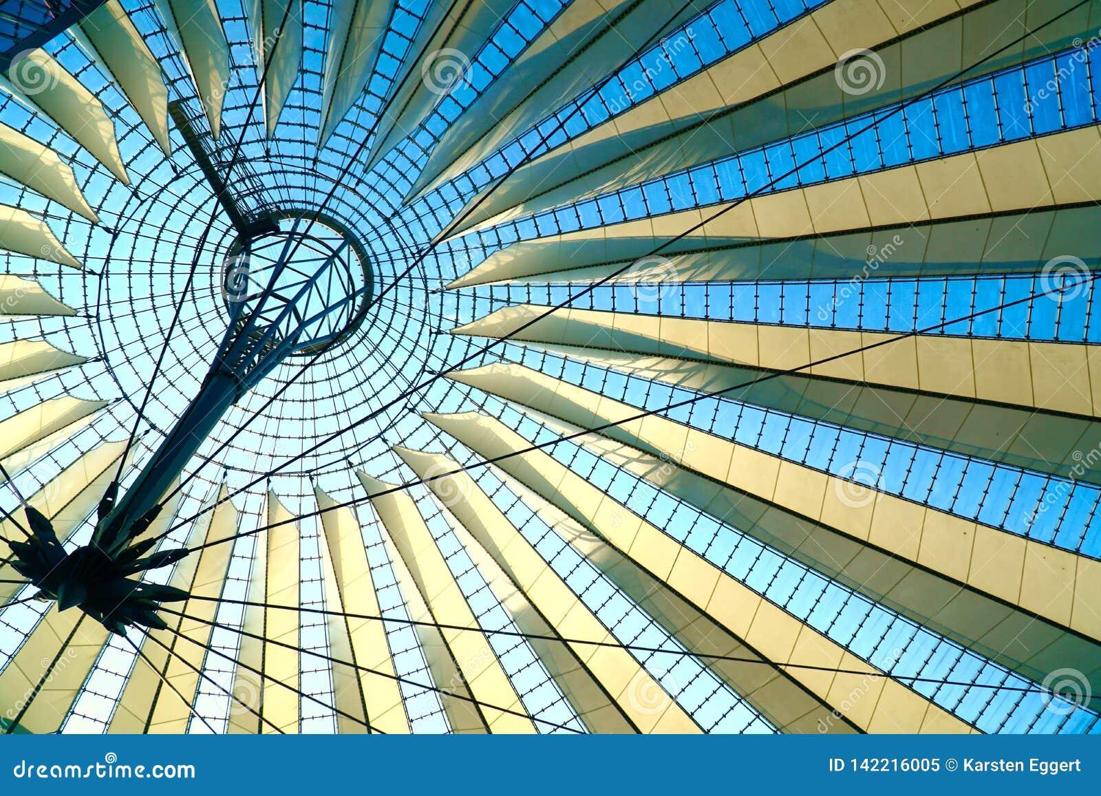 Геометрическая крыша перед голубым небом