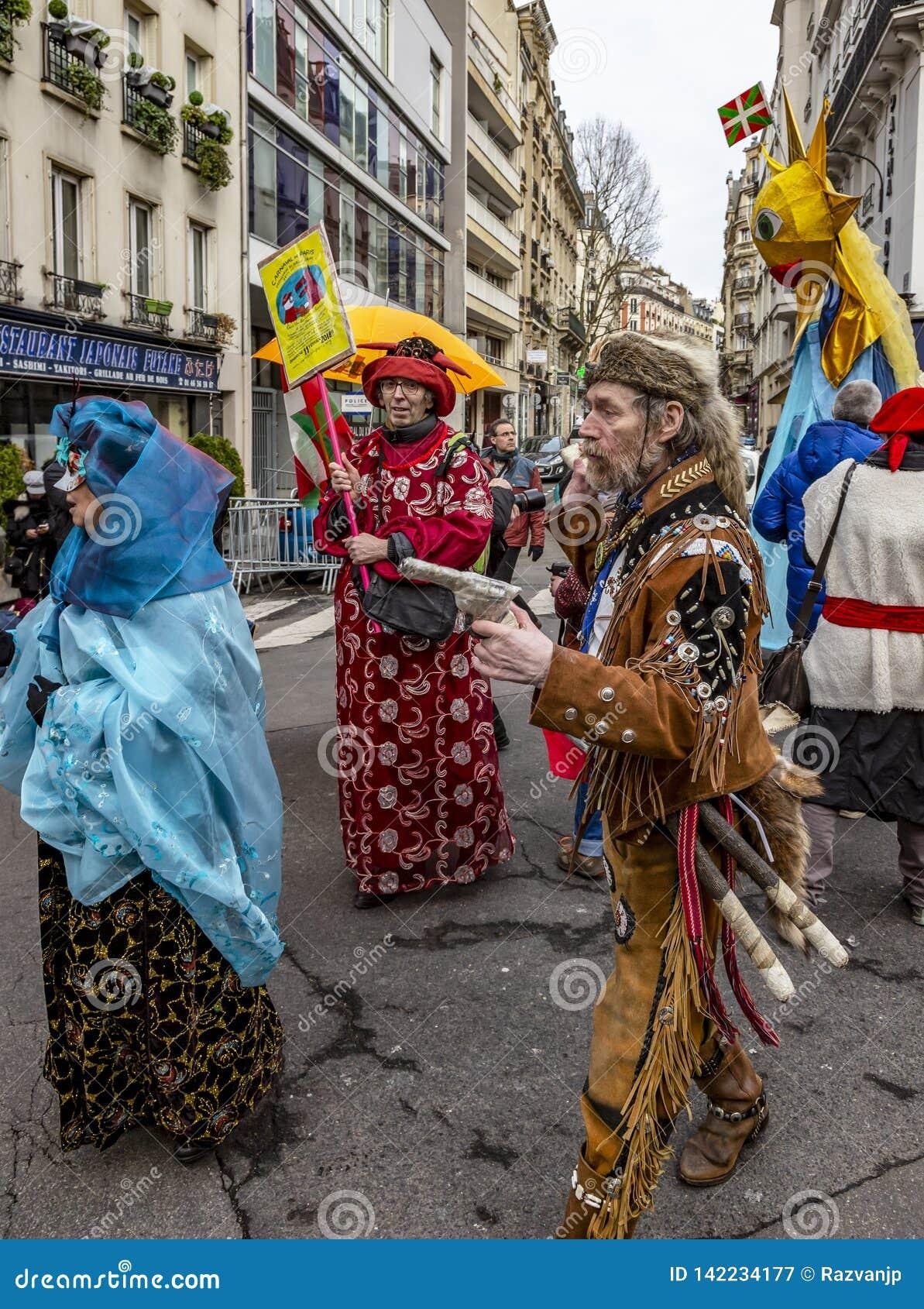 Группа в составе люди Disguised - Carnaval de Париж 2018