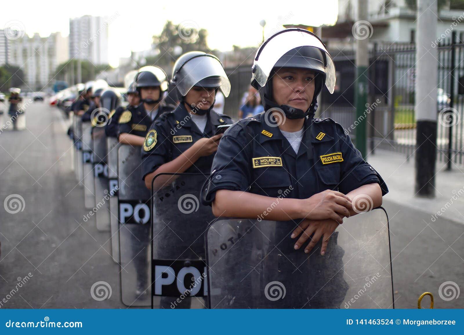 Группа в составе перуанские женщины полиции на марше на день женщины