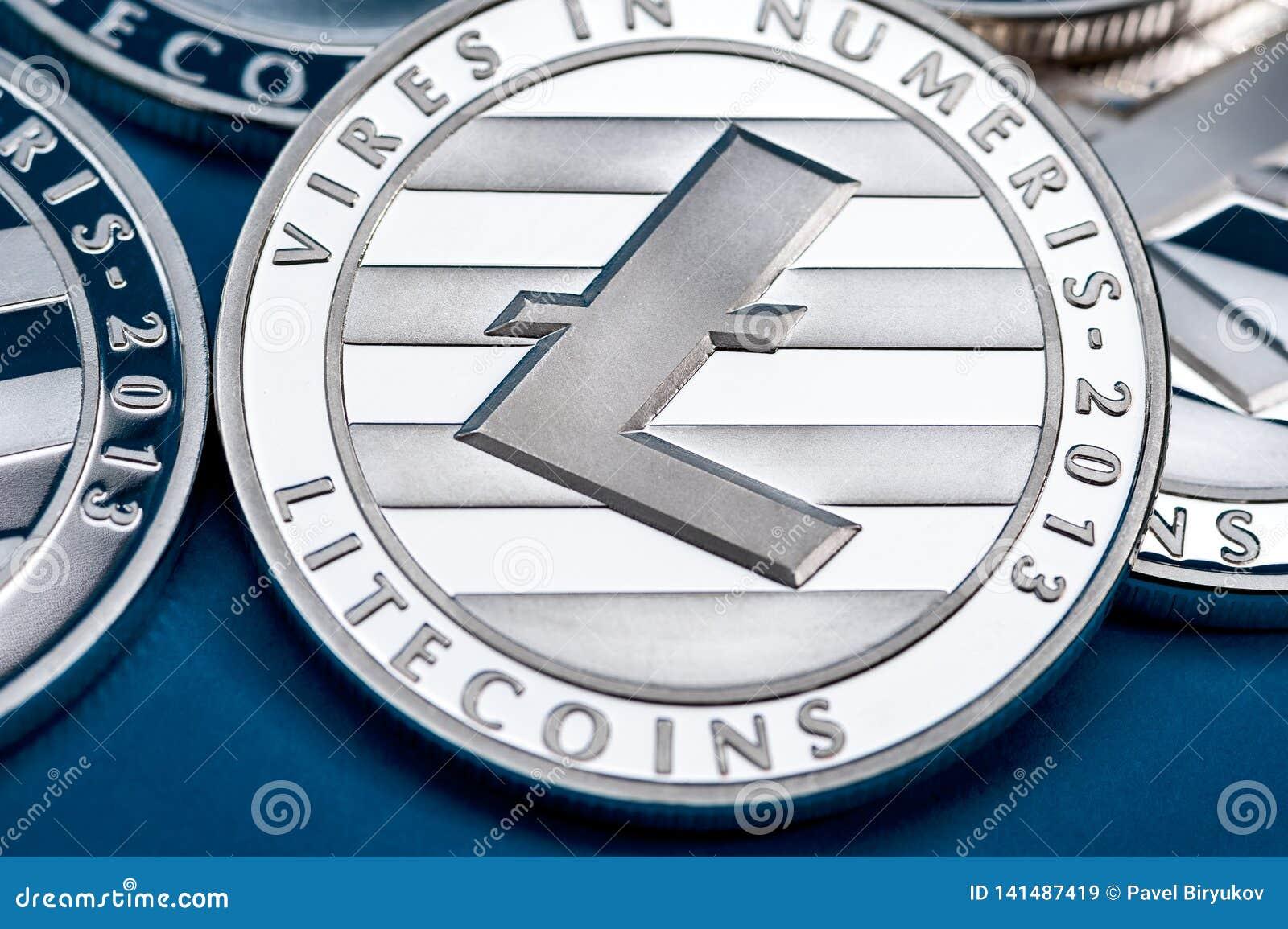Группа в составе серебряные монетки litecoin, конец-вверх