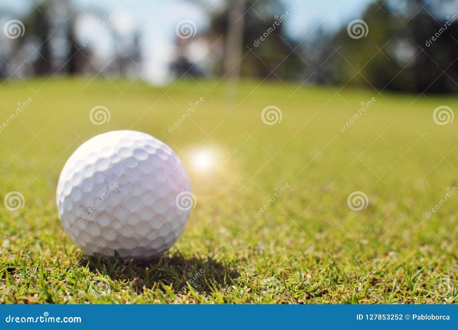 гольф шарика ударяя движение утюга