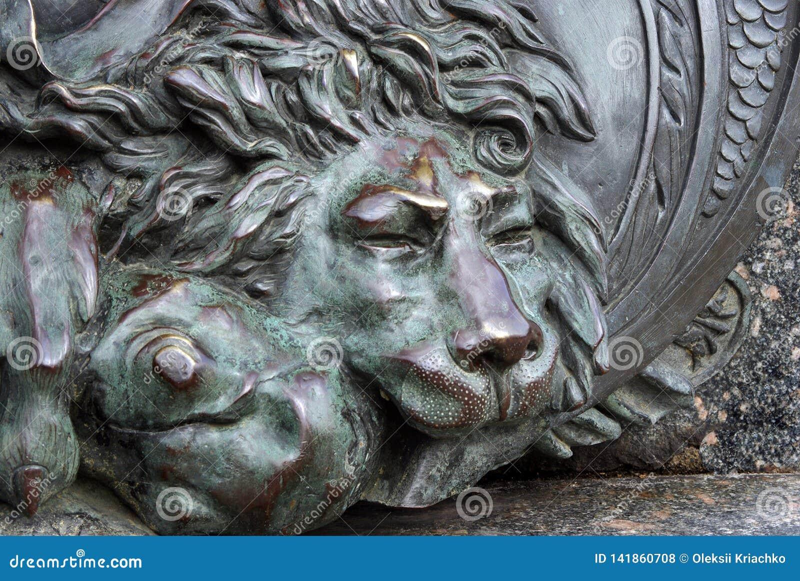 Голова бронзового льва бронзовая скульптура льва спать на памятнике славы в Полтаве, Украине