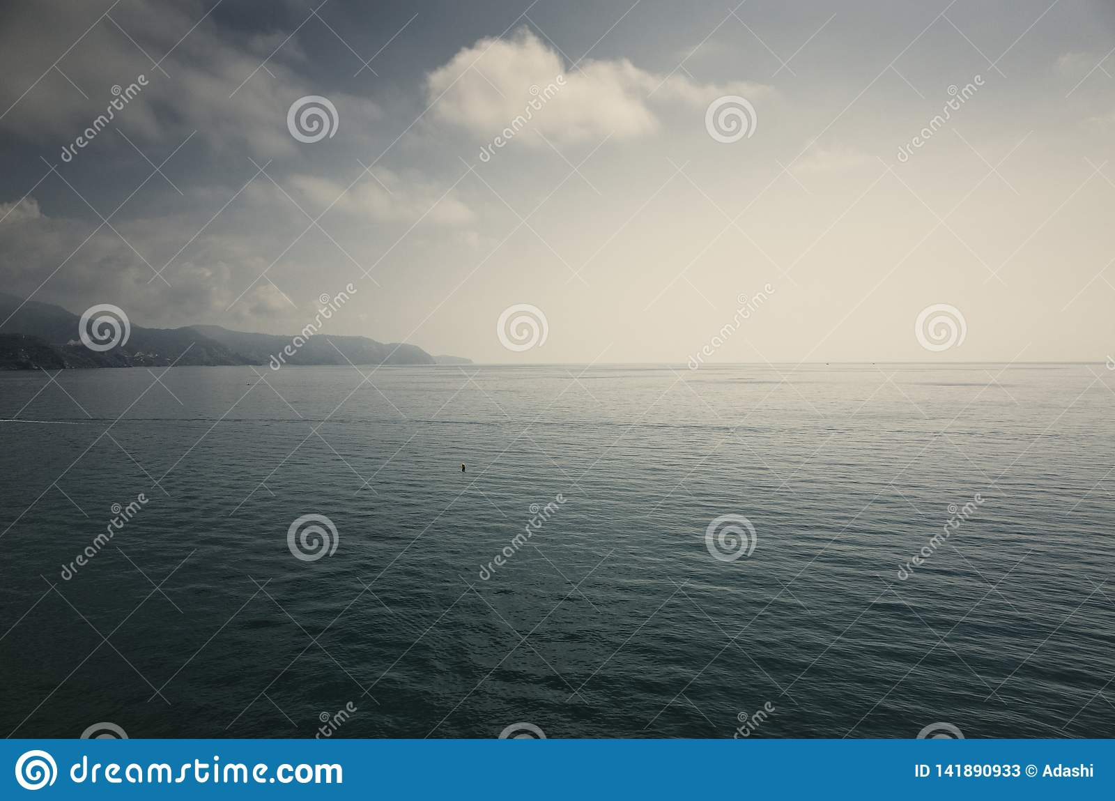 Горизонт минималистского океана бесконечный