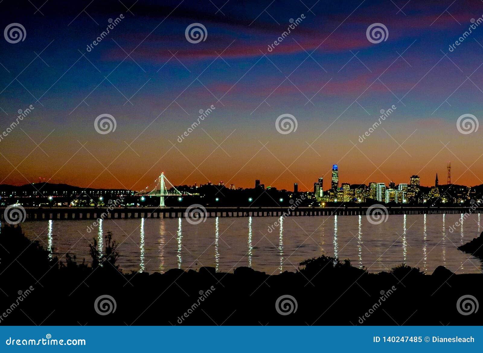 Горизонт Сан-Франциско на наступлении ночи со светами рождества