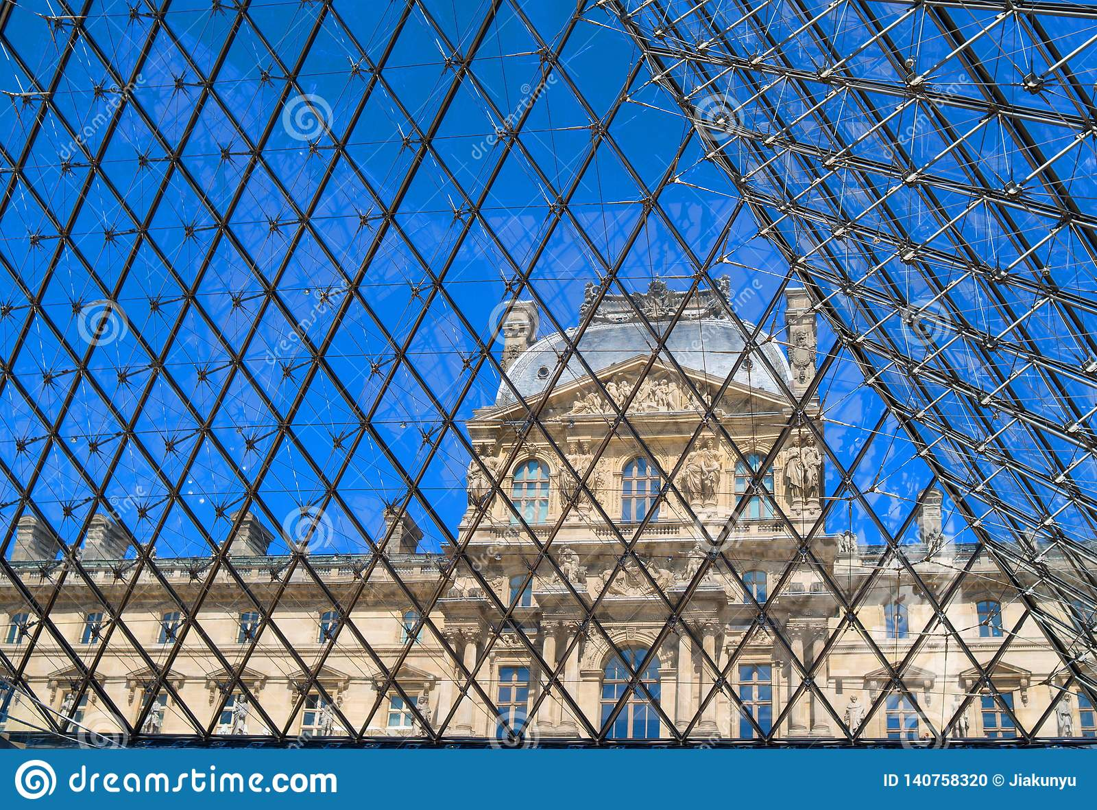 Жалюзи на решетке в Париже, Франции