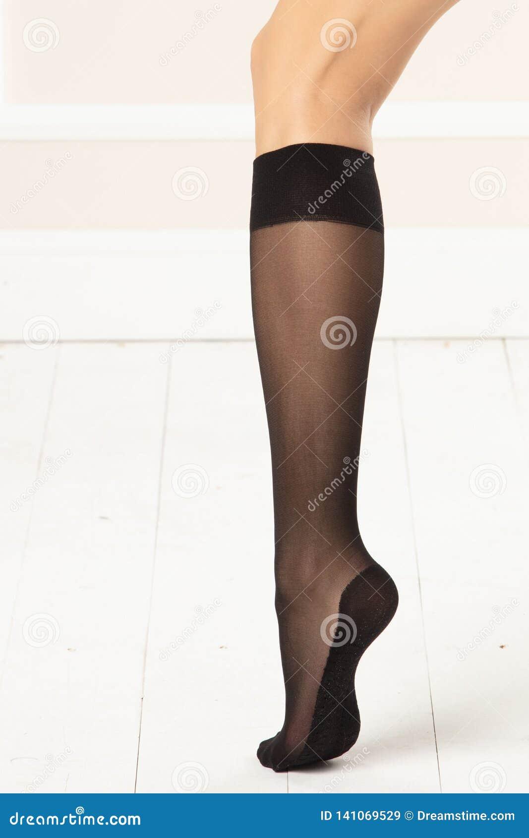 Женственная нога с черными колен-максимумами