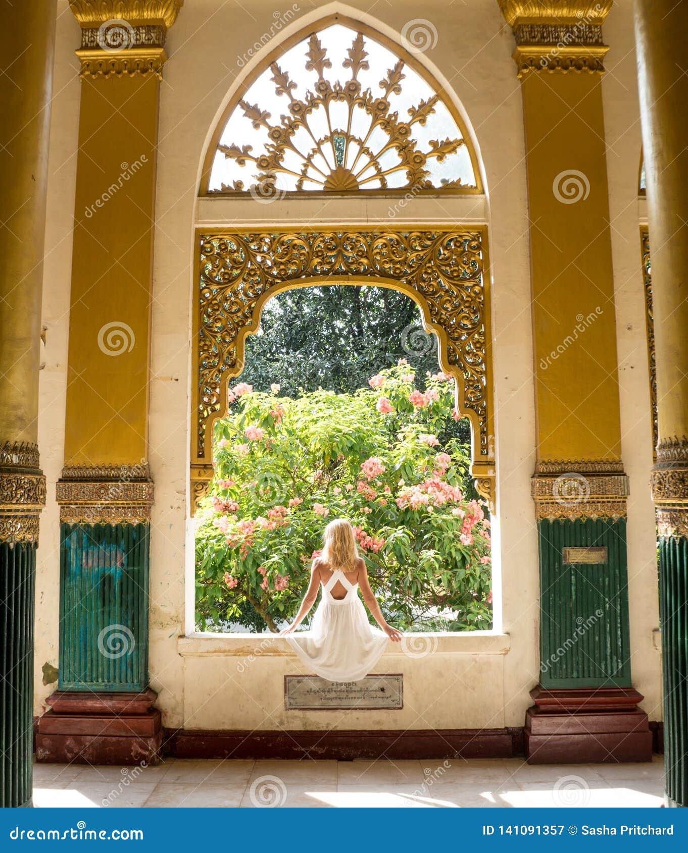 Женщина закручивая вокруг в белое платье
