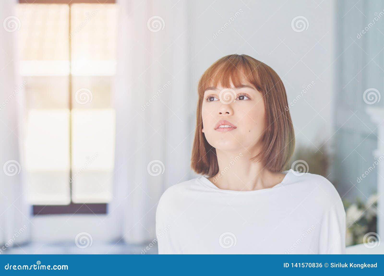 Женщина несла белую рубашку с улыбкой