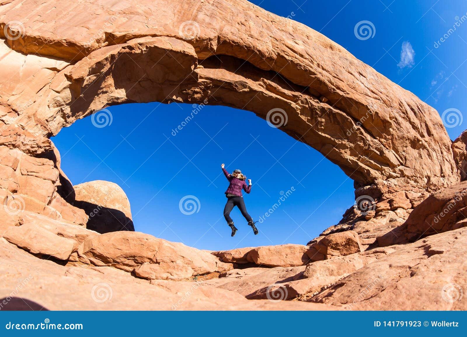 Женщина скача в своды