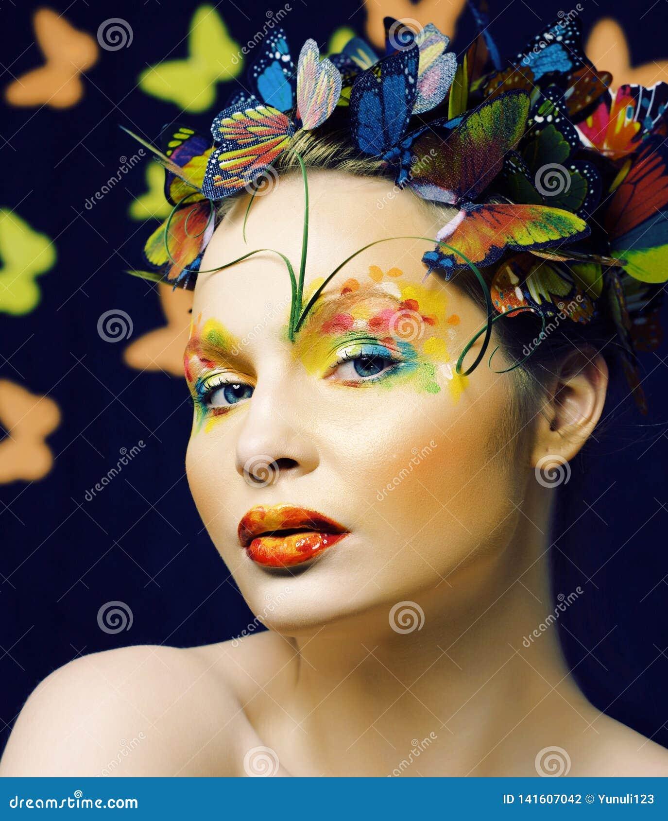 Женщина с летом творческим составляет как предпосылка fairy крупного плана бабочки яркая покрашенная