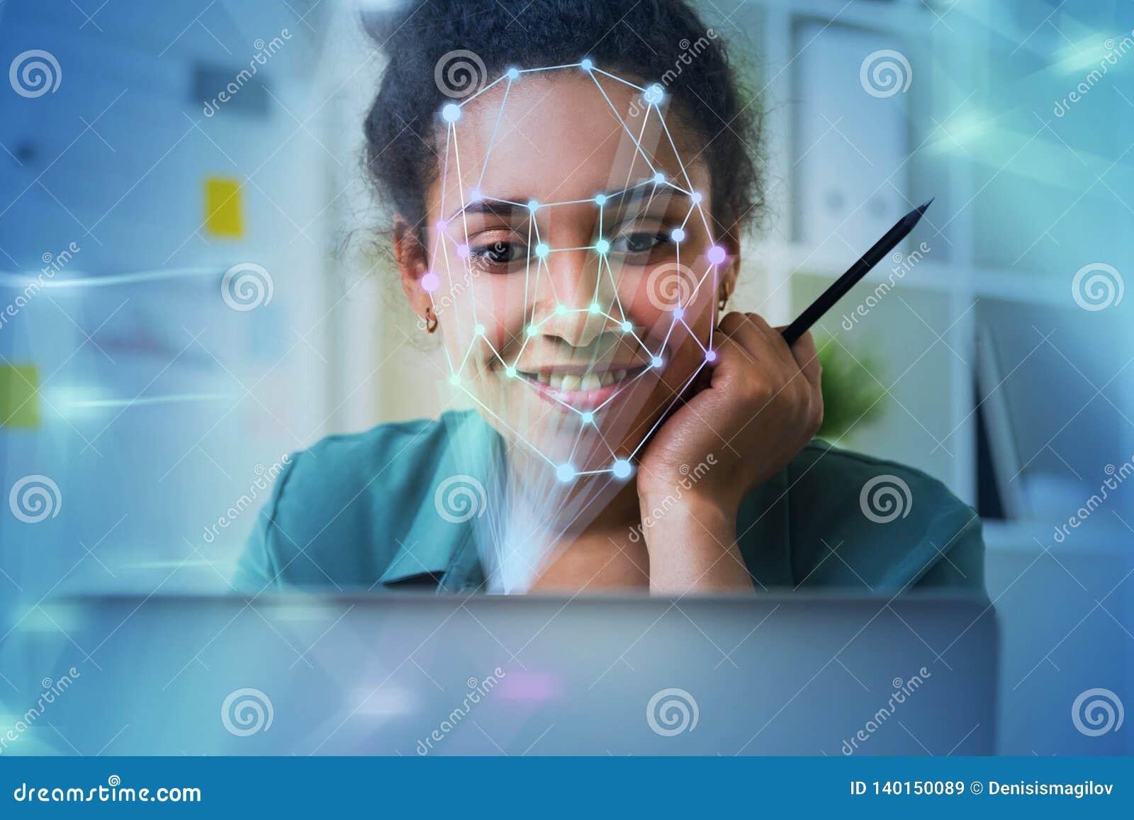 Женщина с ноутбуком, распознаванием лиц