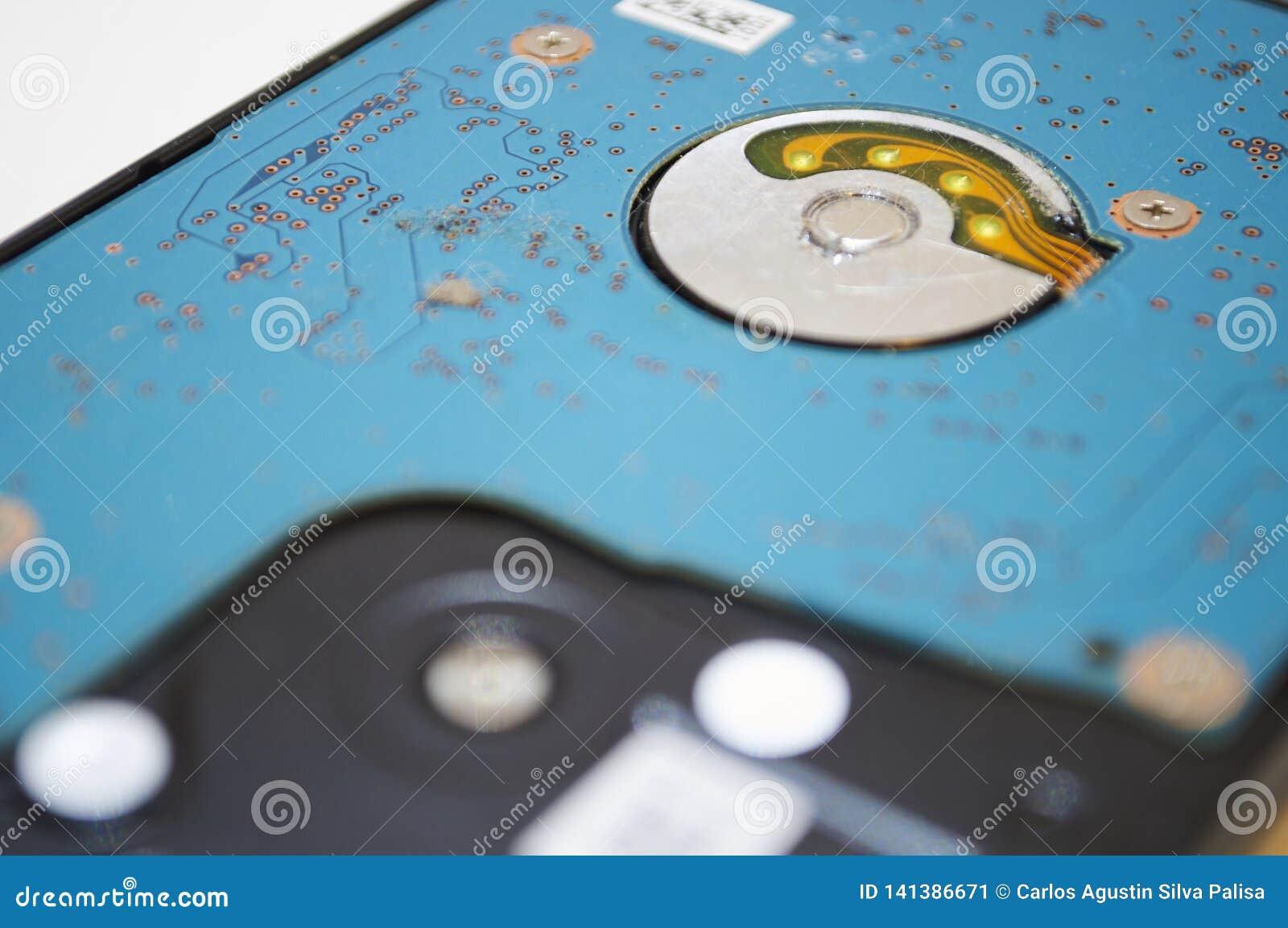 Жесткий диск ремонтных услуг настольного компьютера ПК в белом макросе предпосылки подробно