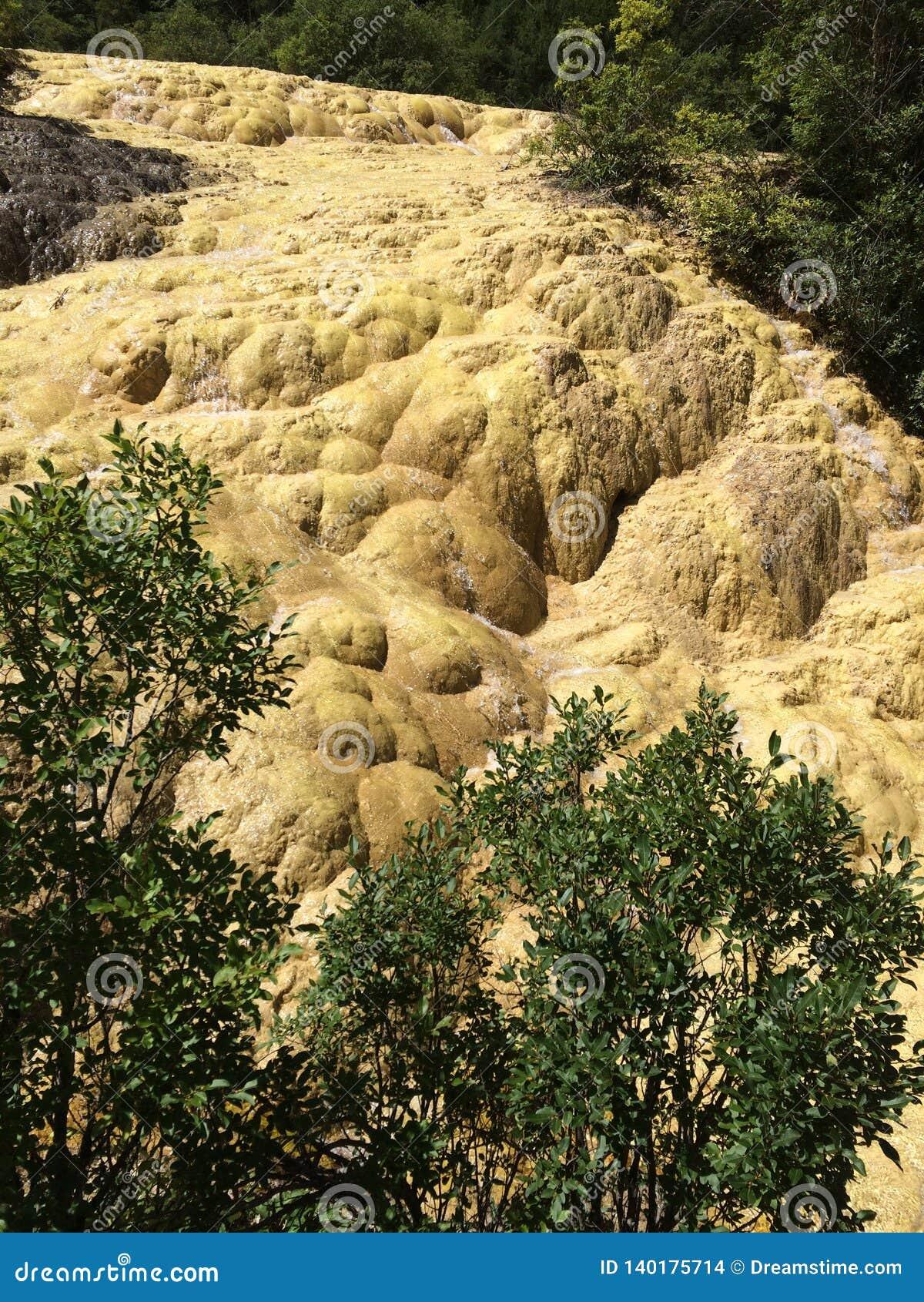 Живописное место Huanglong расположено в графстве Songpan, тибетце Aba и провинции автономной префектуры Qiang, Сычуань, Китае Он