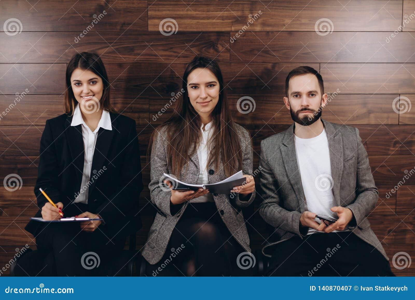 Ждать в очереди для собеседования для приема на работу