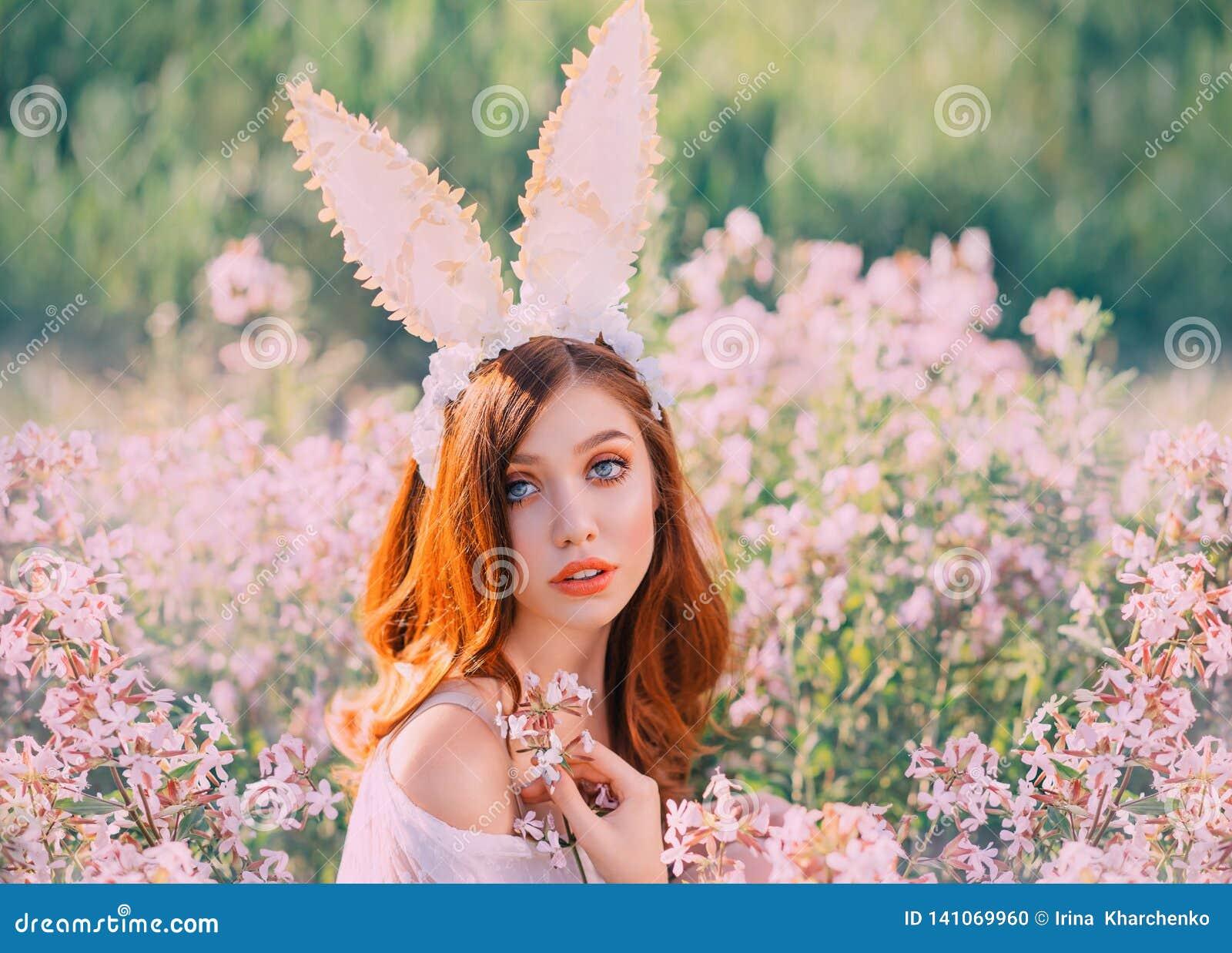 Зайчик пасхи девушки с творческими ушами на обруче Портрет молодой, рыжеволосой женщины с большими красивыми глазами и губ