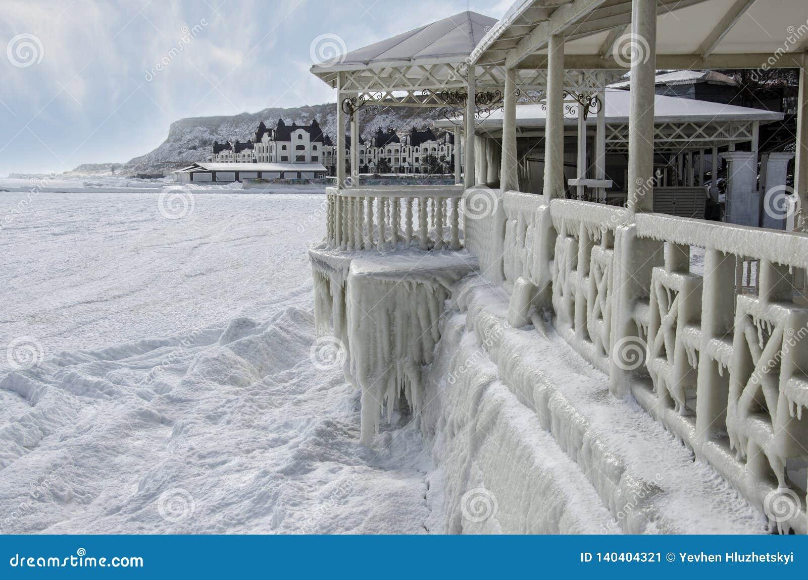 Замороженное море и покрытая лед часть кафа лета