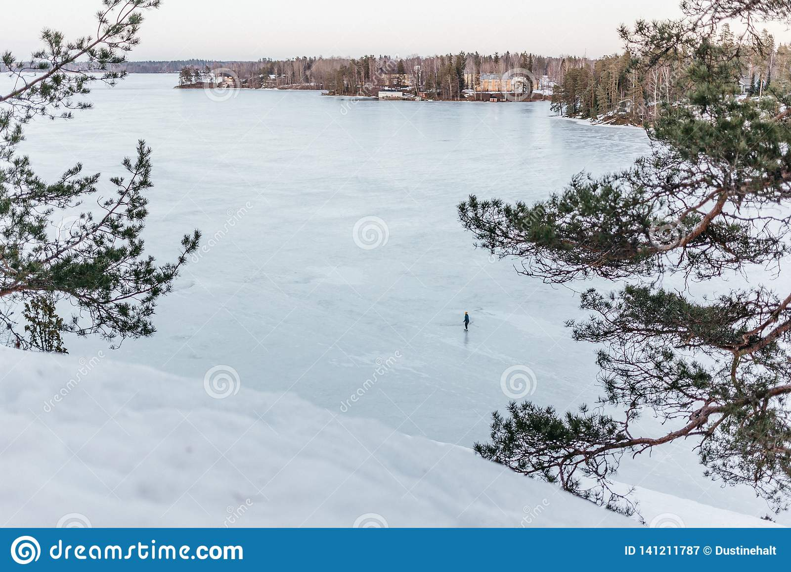 Замороженное озеро в Финляндии во время весны