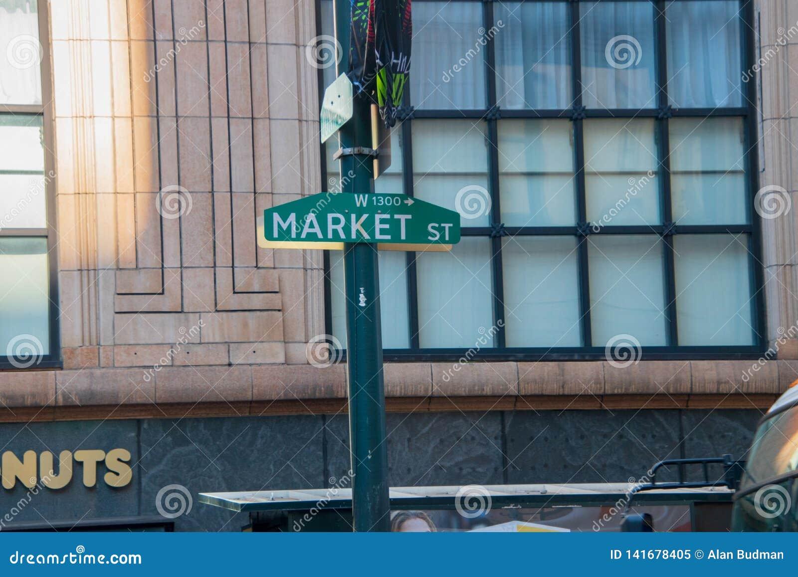 Зеленый знак улицы рынка на зеленом поляке с большим окном мульти-форточки на старом офисном здании на заднем плане