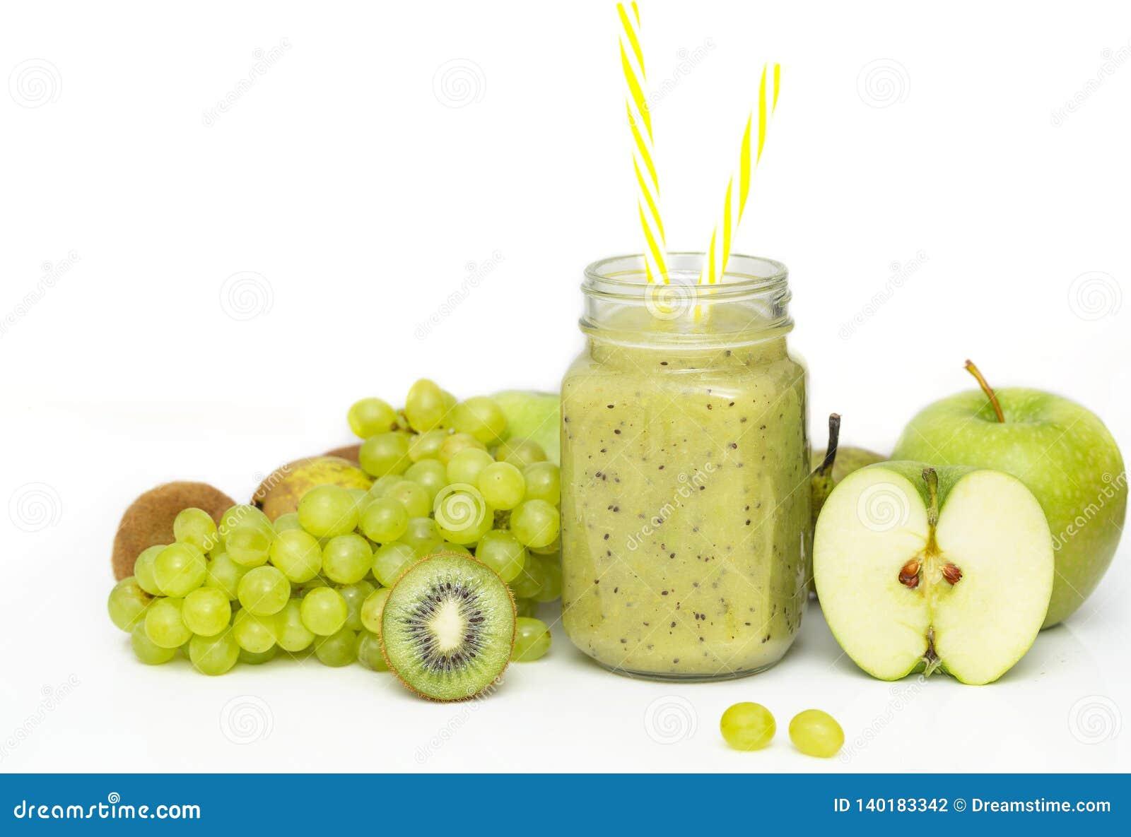 Зеленый здоровый smoothie в стеклянном опарнике: киви, виноградины, груша, зеленое Яблоко, известка и авокадо Vegan, вегетарианск