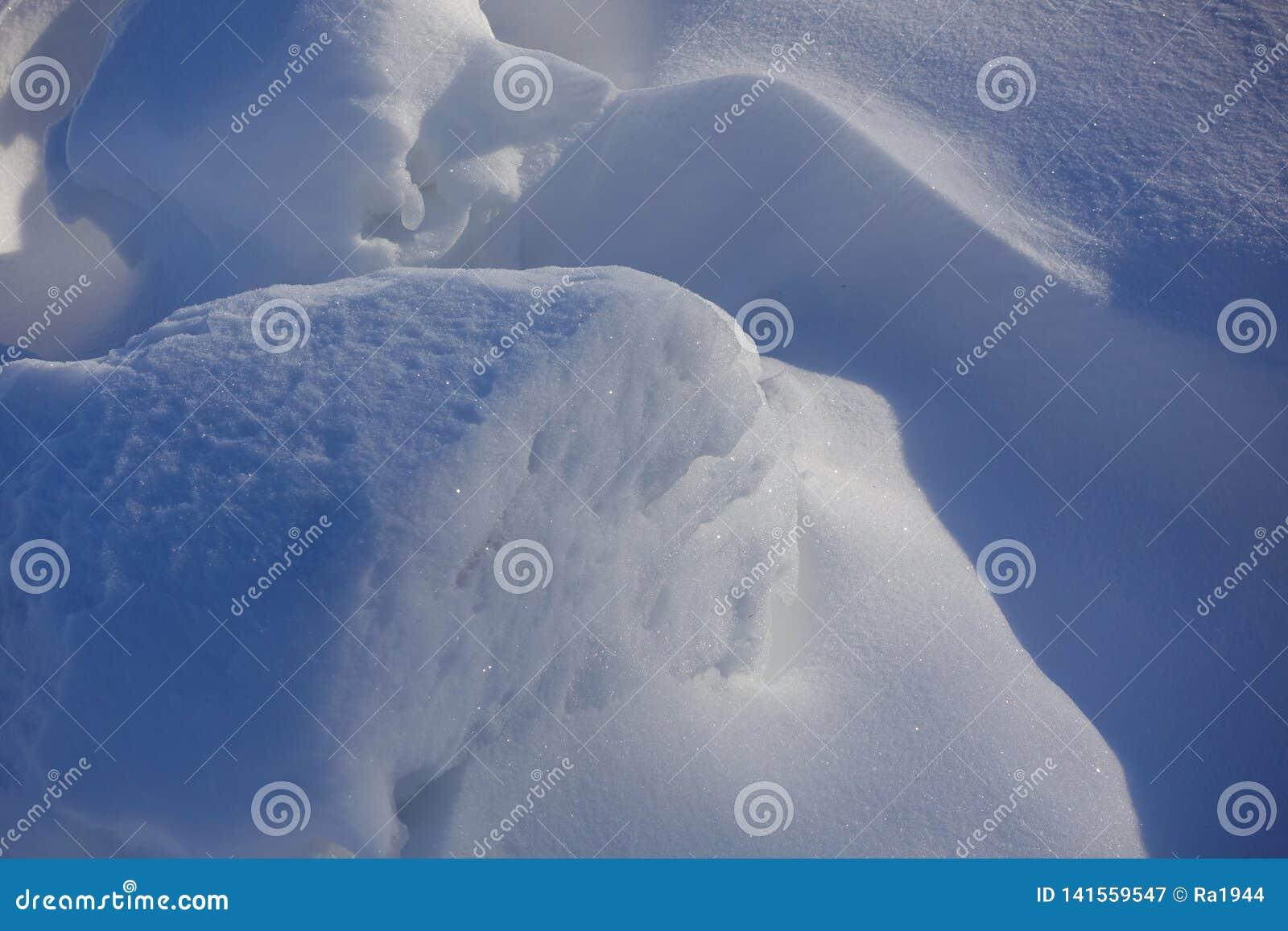 зима белизны снежинок предпосылки голубая Аннотация Смещения снега Ровные переходы линий света и тени Снег на солнечный день