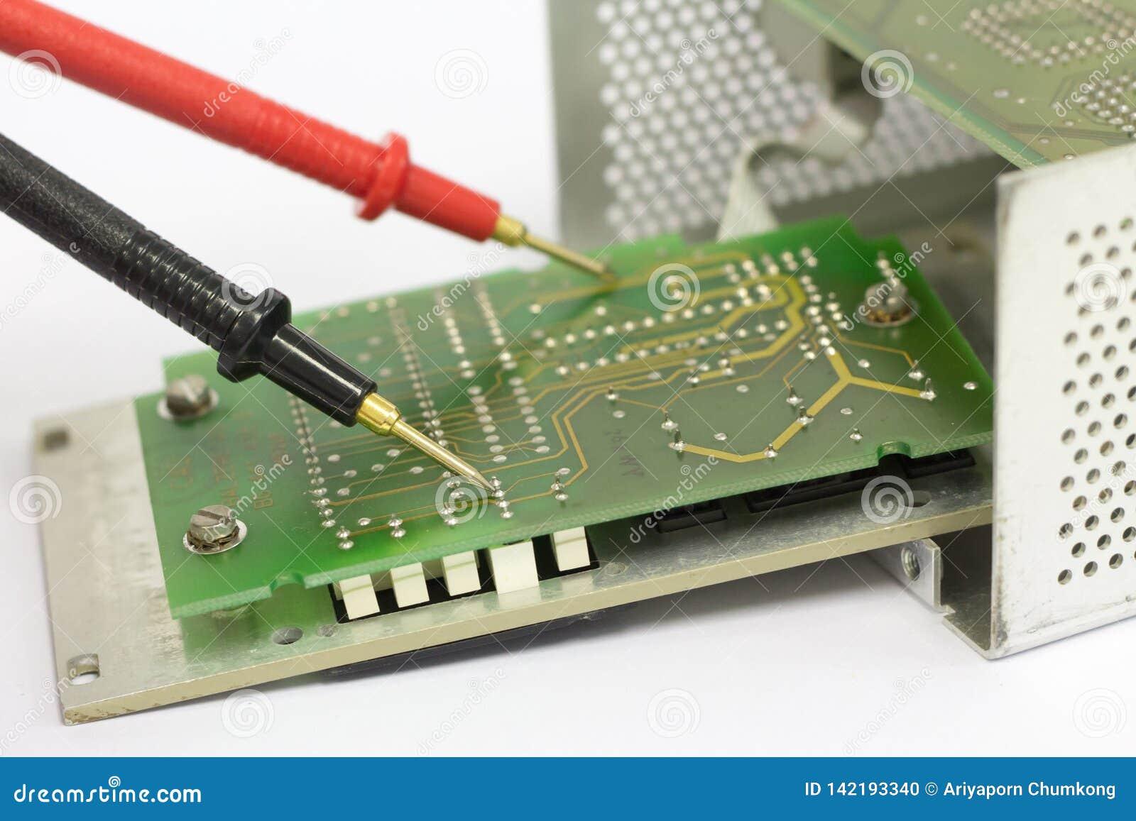 Зонды вольтамперомметра на плате с печатным монтажом