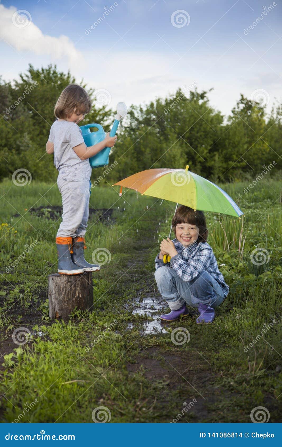 Игра 2 братьев в дожде outdoors