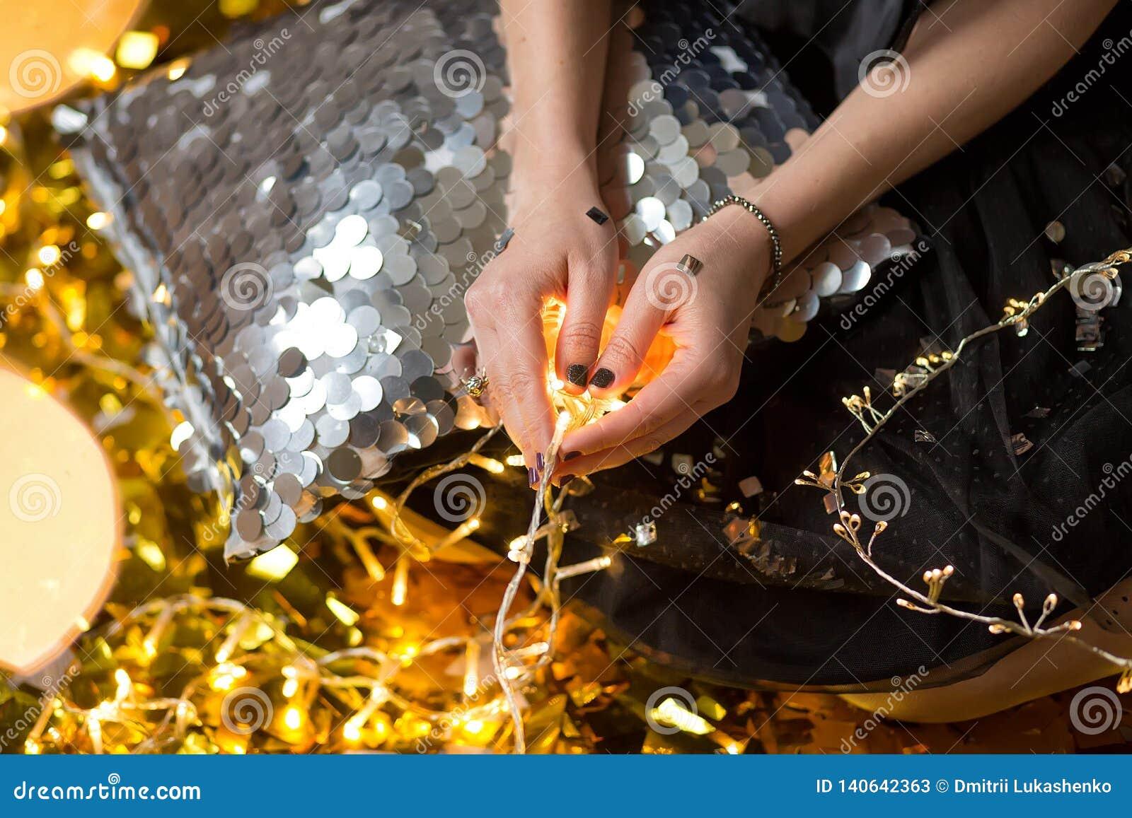 Изумительная милая дама празднуя день рождения Нового Года, представляющ в предпосылке блеска золота и бросая красочный confetti