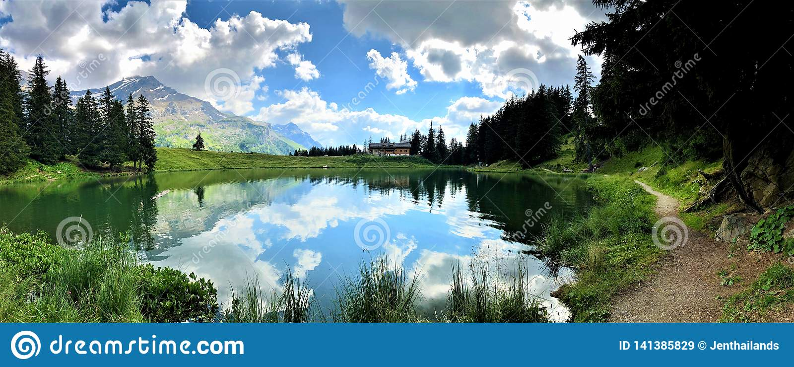 Изумляя взгляд небольшого озера горы, влияние зеркала