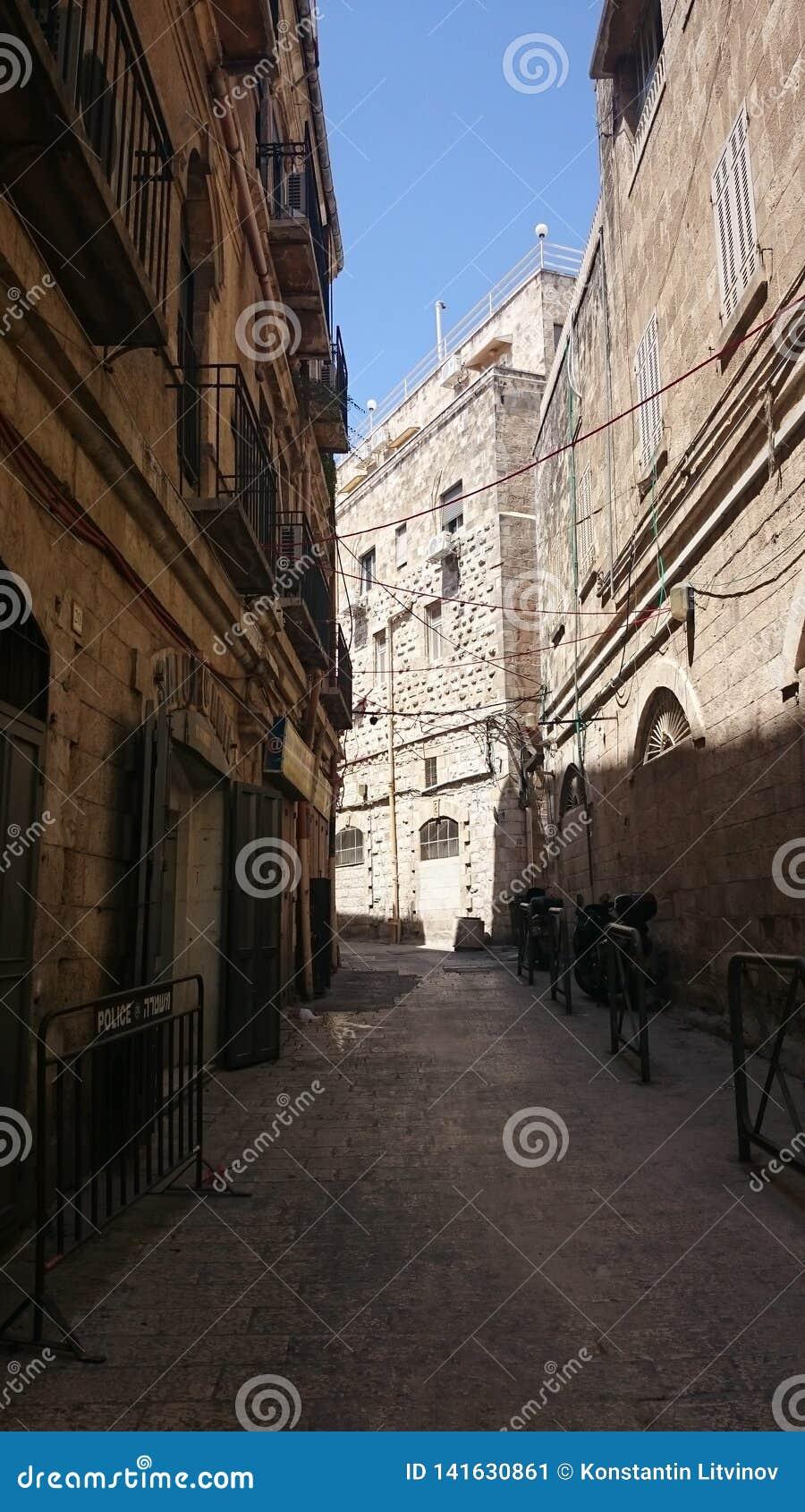 Израиль, Иерусалим, каменные улицы на ясный день