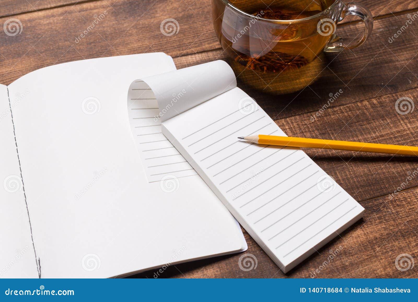 изображение взгляд сверху открытой тетради с пустыми страницами рядом с чашкой кофе на деревянном столе Модель-макет