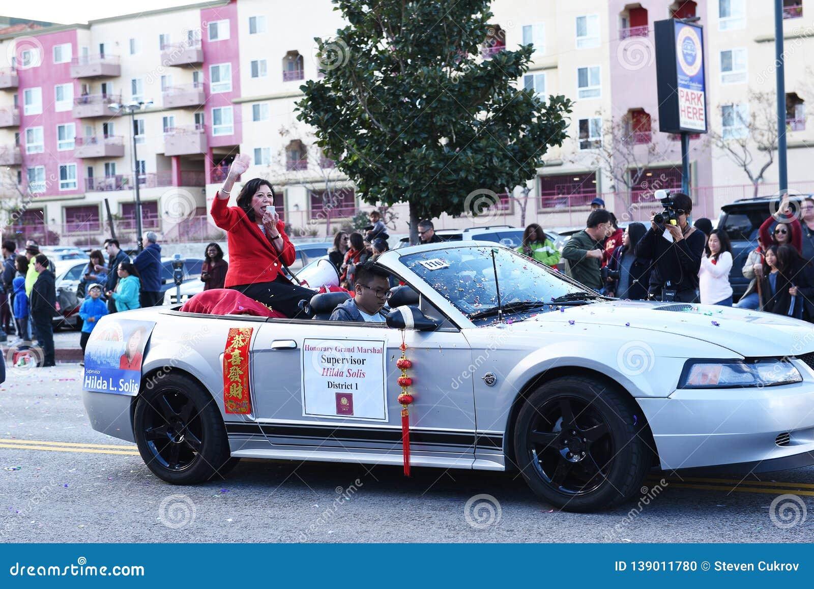 Инспектор Хильди Solis, почетный большой Marshall, на параде Нового Года Лаоса Анджелес китайском