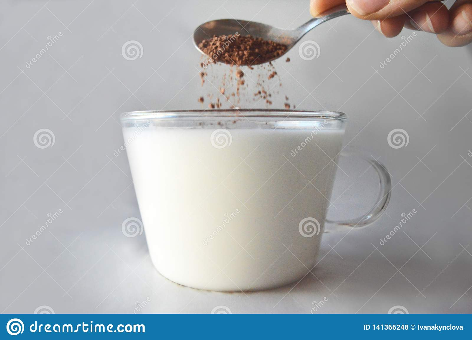 Какао падает в стекло молока
