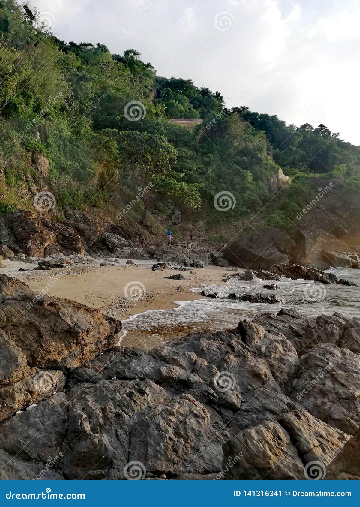 Каменистая лестница водя от песочного скалистого пляжа для того чтобы позеленеть luscious холмы Mindoro