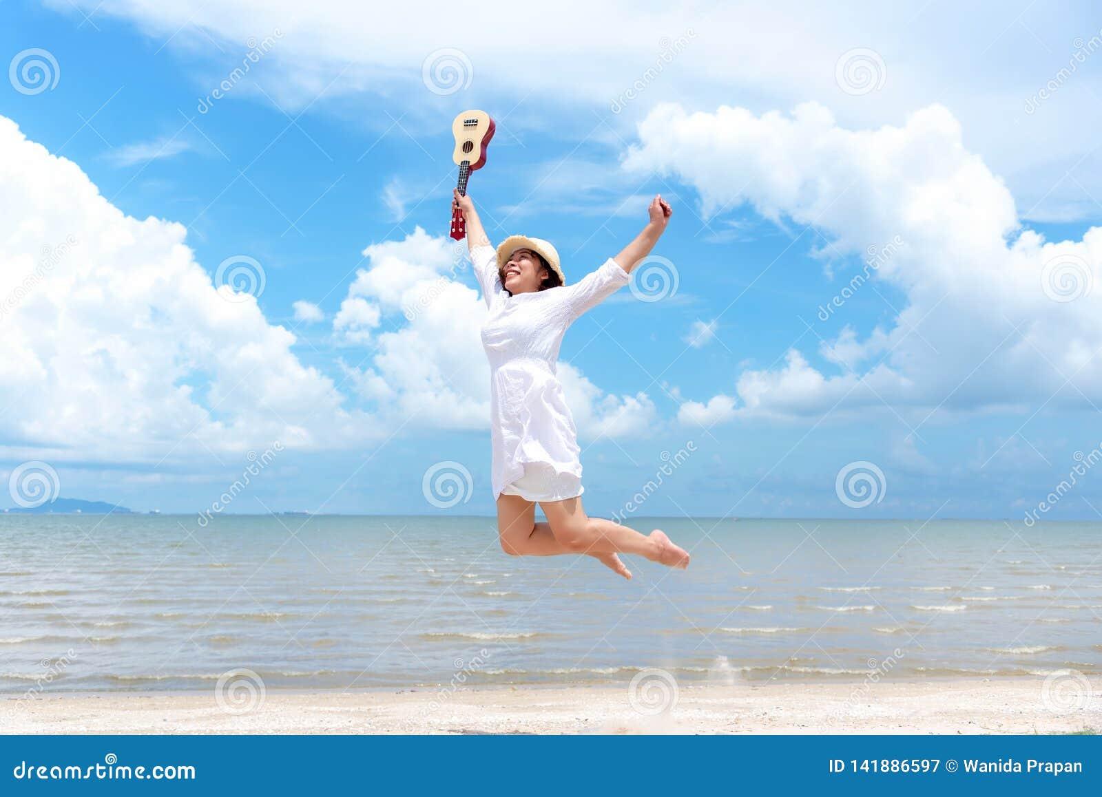 каникула территории лета katya krasnodar Пахнуть азиатские женщины ослабляя, скача и играя гавайскую гитару на пляже, поэтому сча