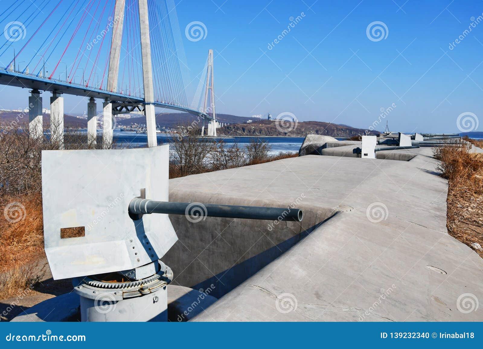 Карамболи батареи Novosiltsevskaya прибрежной крепости Владивостока начала столетия 20 на острове Russkiy в Vladiv