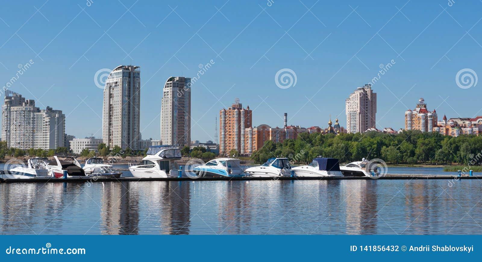 Киев, Украина - 1-ое июня 2018: Плавать яхты и частные шлюпки на пристани в реке яхты в заливе в речном порте в