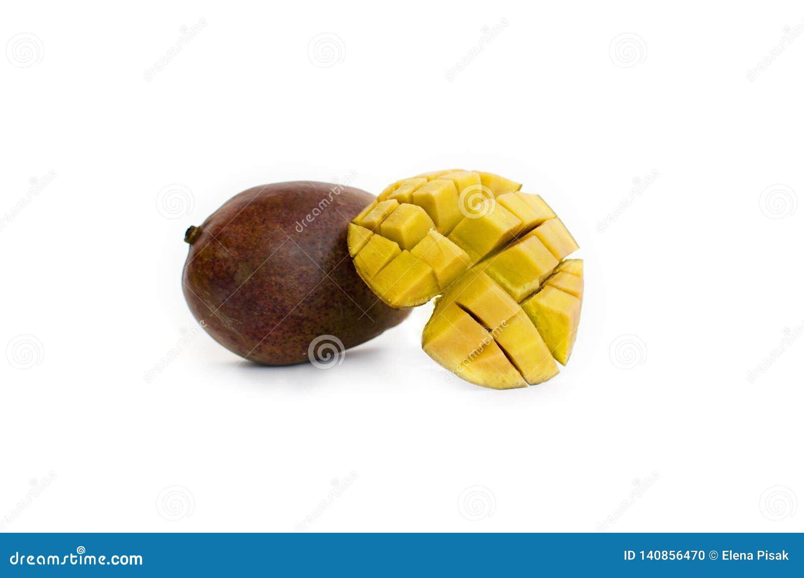Кубы манго и плод манго изолированный на белой предпосылке