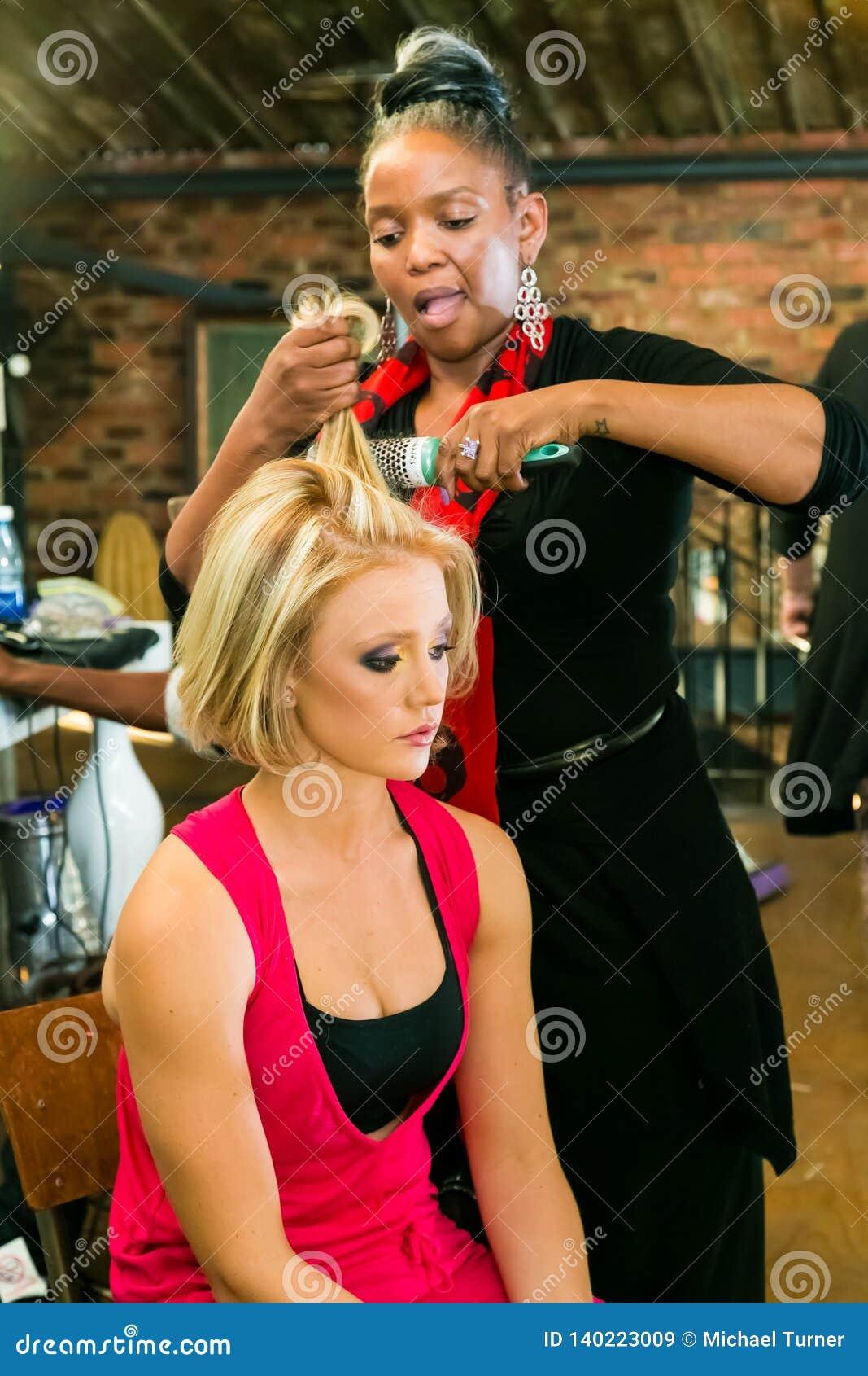 Кулуарные волосы и макияж на событии