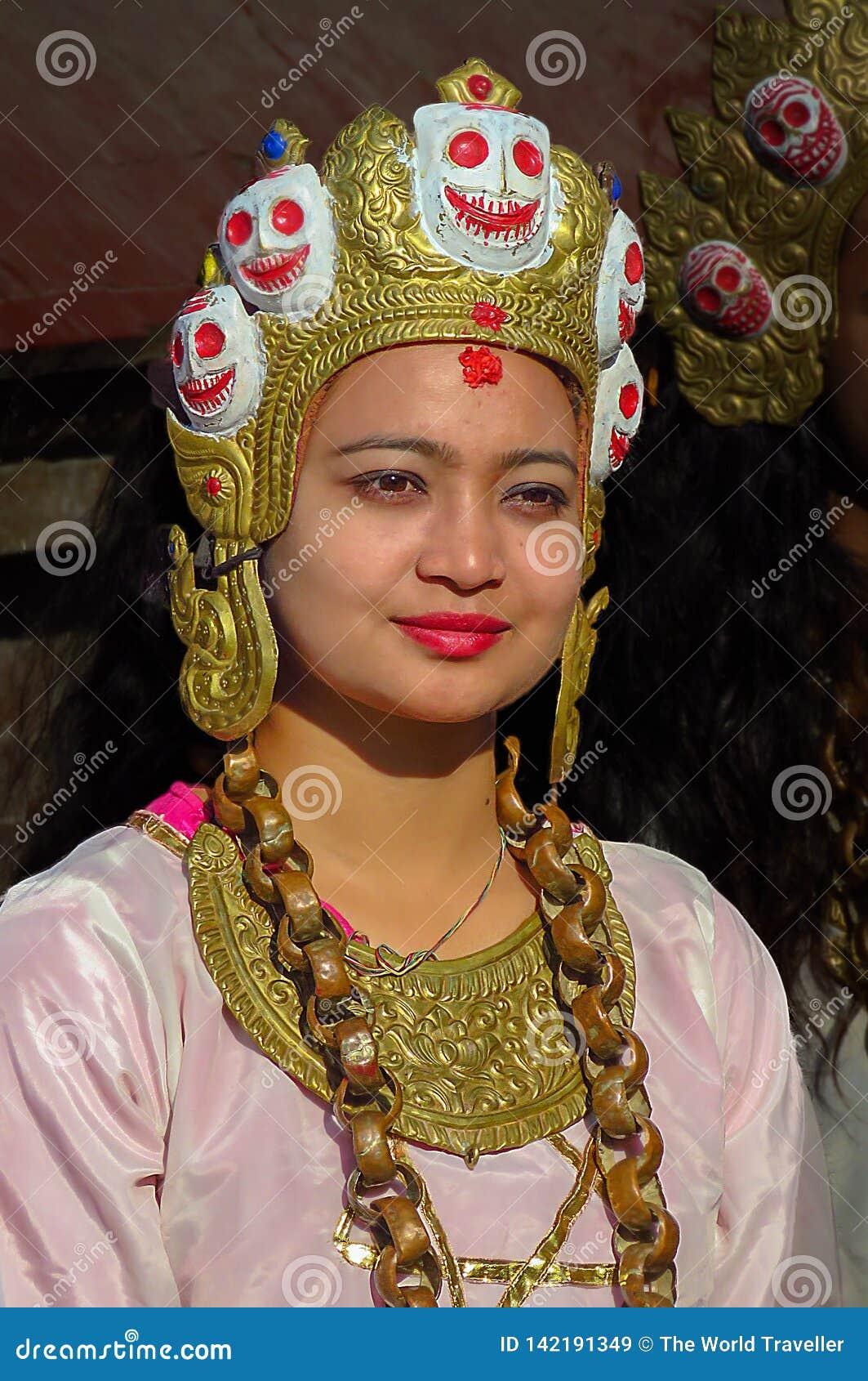 Красивая женщина нося особенные ювелирные изделия и головной убор, Катманду, Непал